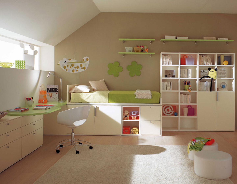 Красивая мебель в мансардной детской мальчика