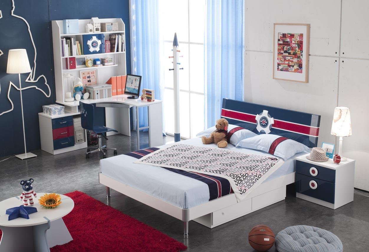 Красивая мебель в морском стиле в комнате мальчика подростка