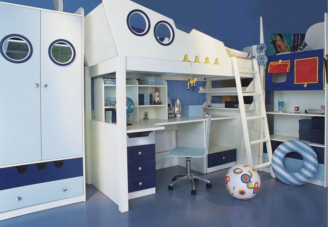 Кровать-чердак и другая мебель в морском стиле в комнате для мальчика-школьника