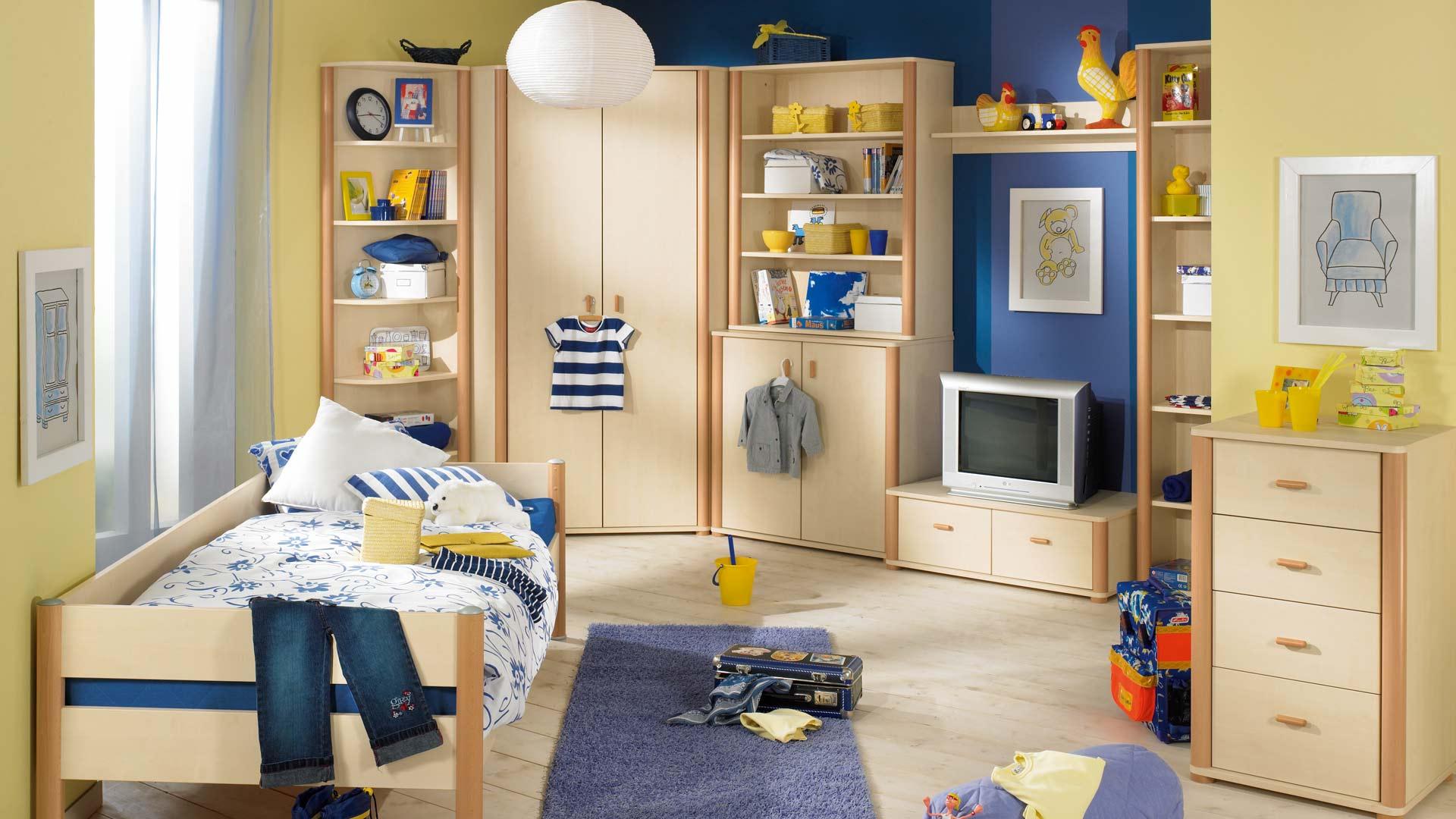 Бежевая мебель в морском стиле в комнате для мальчика