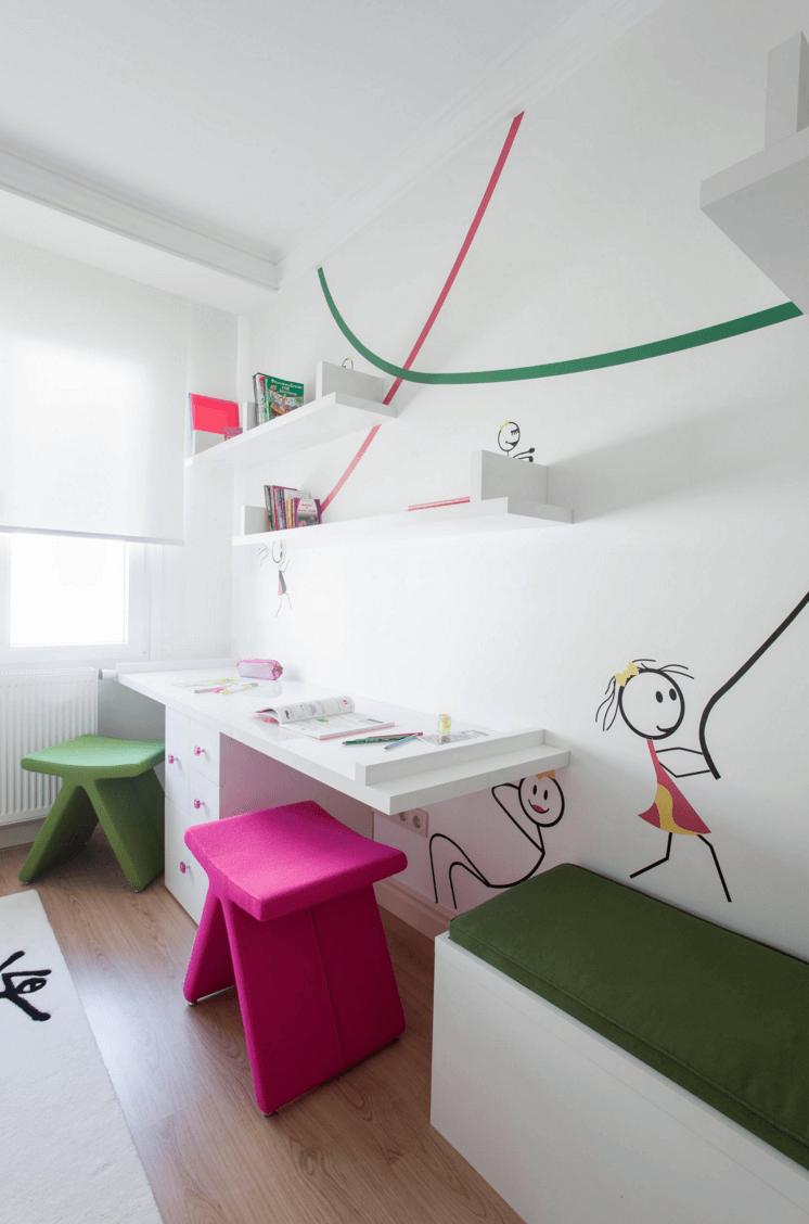 Яркая мебель для школьного уголка ребенка
