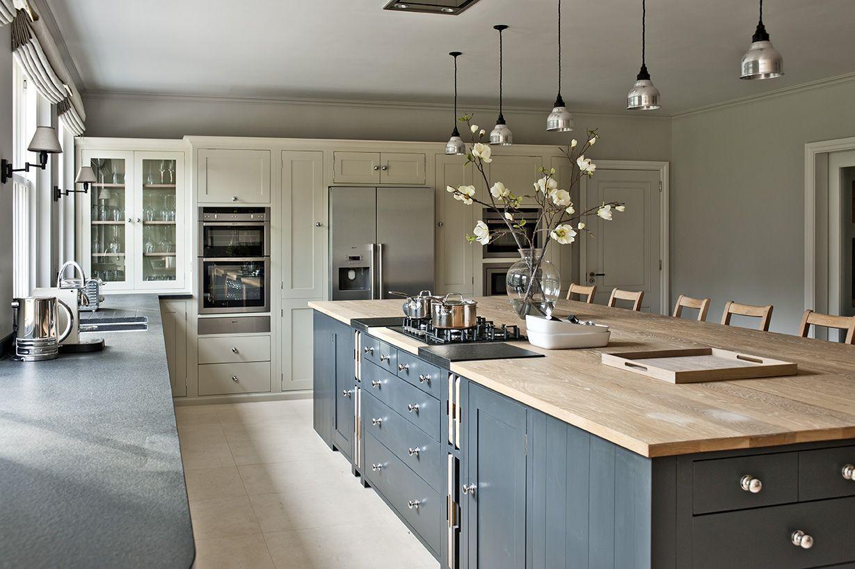 Дизайн кухни 20 кв м с металлическим декором