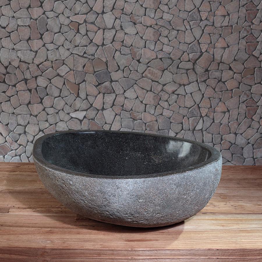 Раковина из натурального камня в ванной