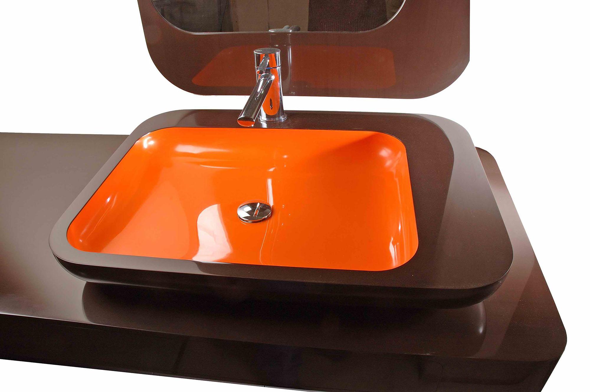 Коричнево-оранжевая раковина из искусственного камня в ванной