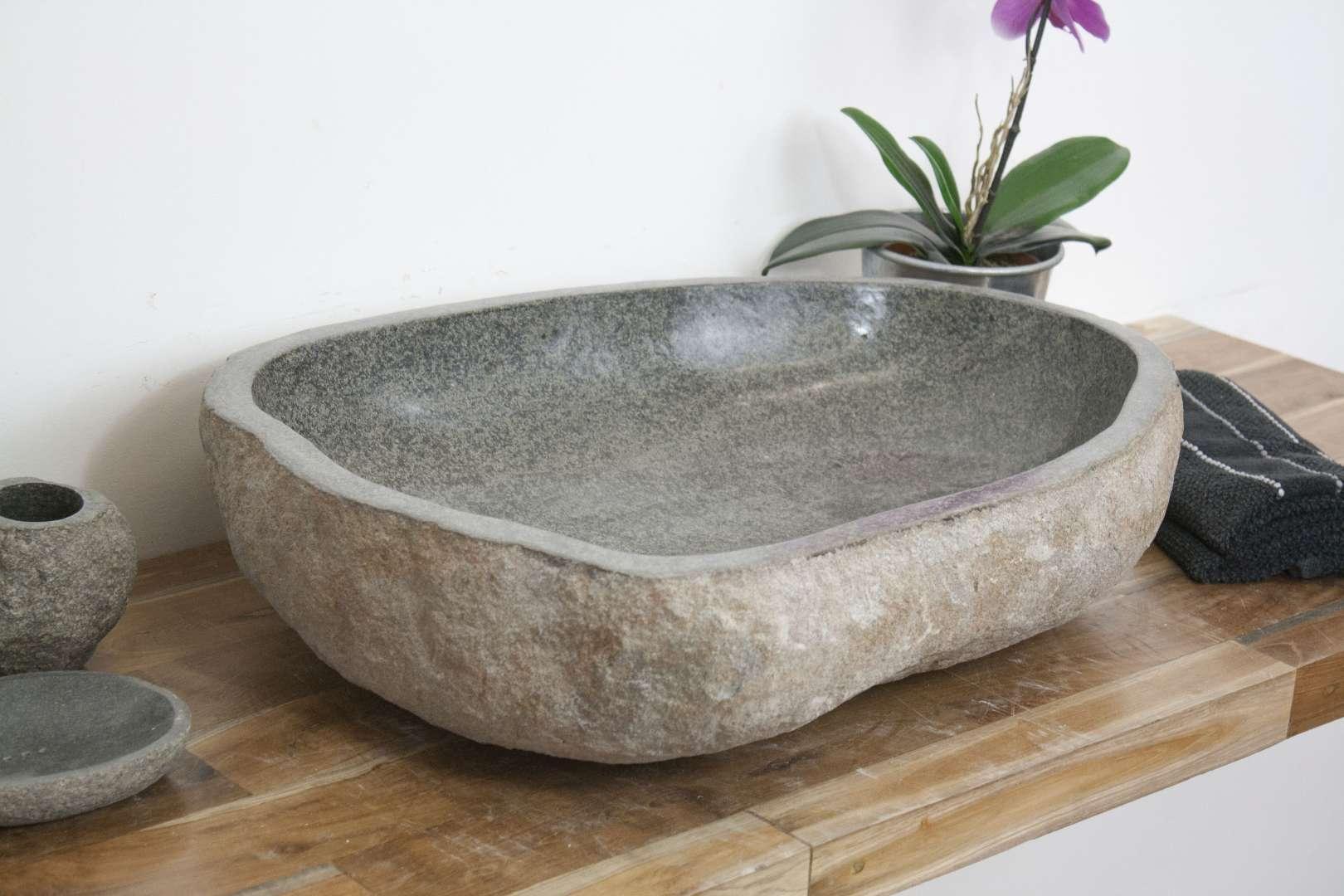 Раковина из натурального камня в интерьере ванной
