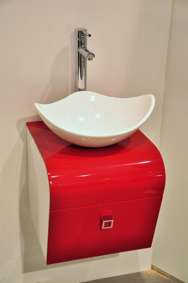 Красно-белая раковина в интерьере ванной