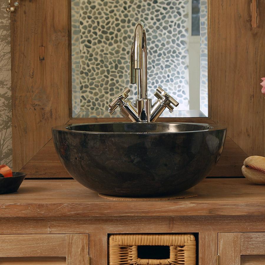 Черная раковина из камня в интерьере ванной