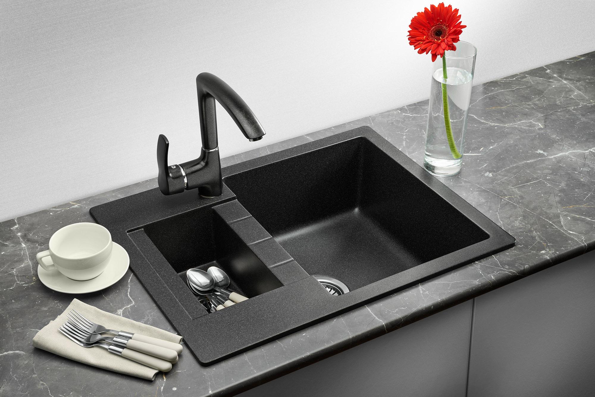 Черная мойка из искусственного камня на кухне