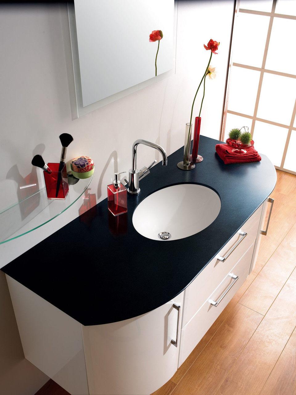 Черно-белая раковина из искусственного камня в интерьере ванной