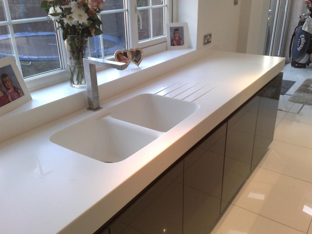 Белая мойка из искусственного камня на кухне