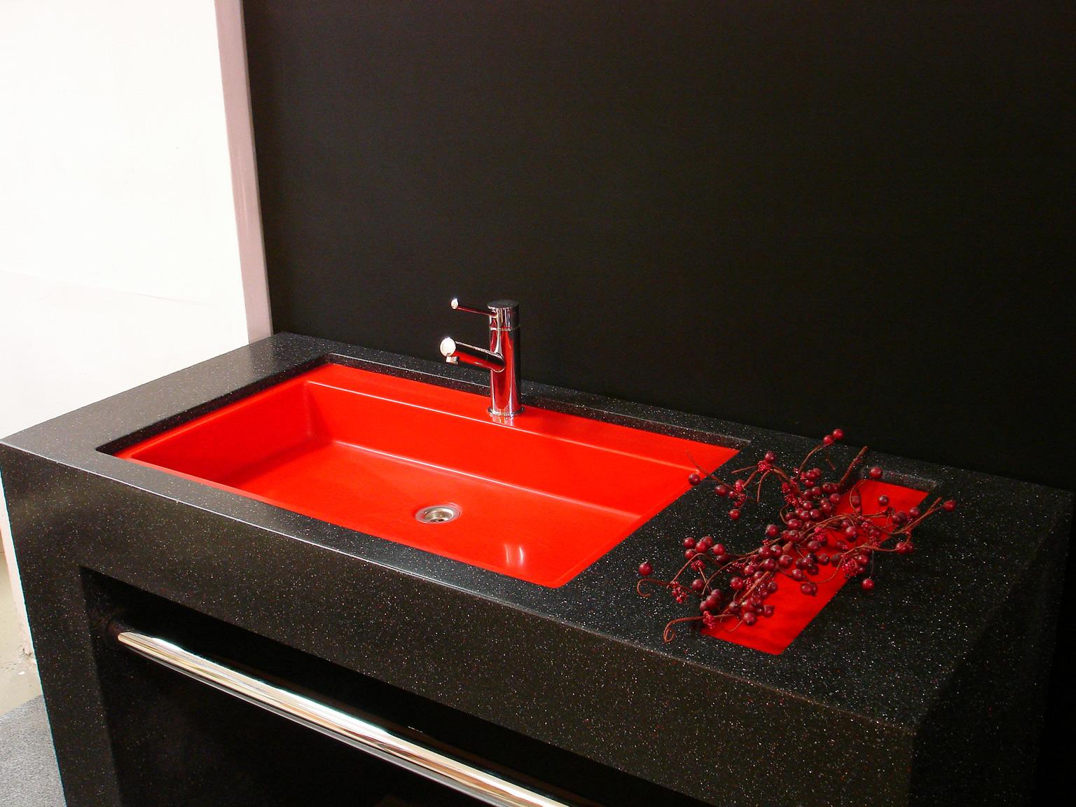 Красно-черная раковина из искусственного камня