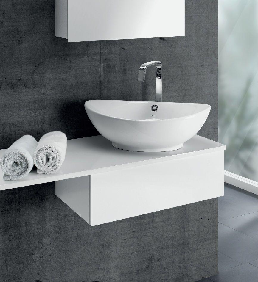 Белая раковина из искусственного камня в интерьере ванной