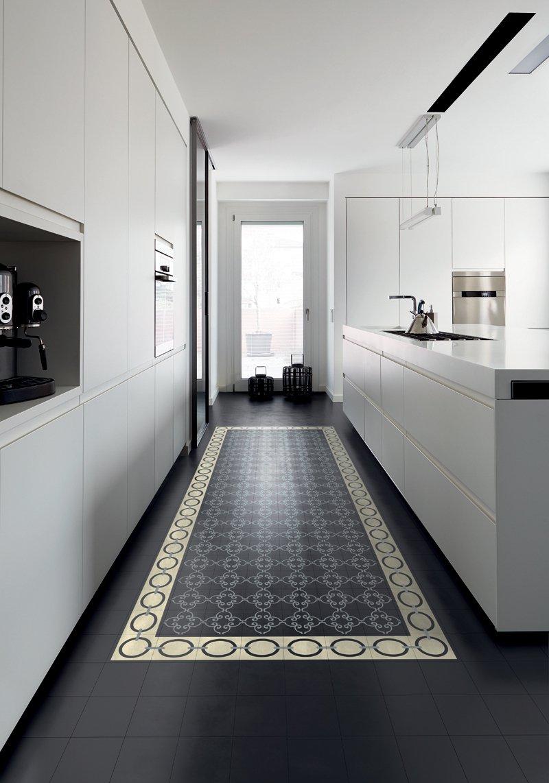 Дизайн кухни 20 кв м монохромный