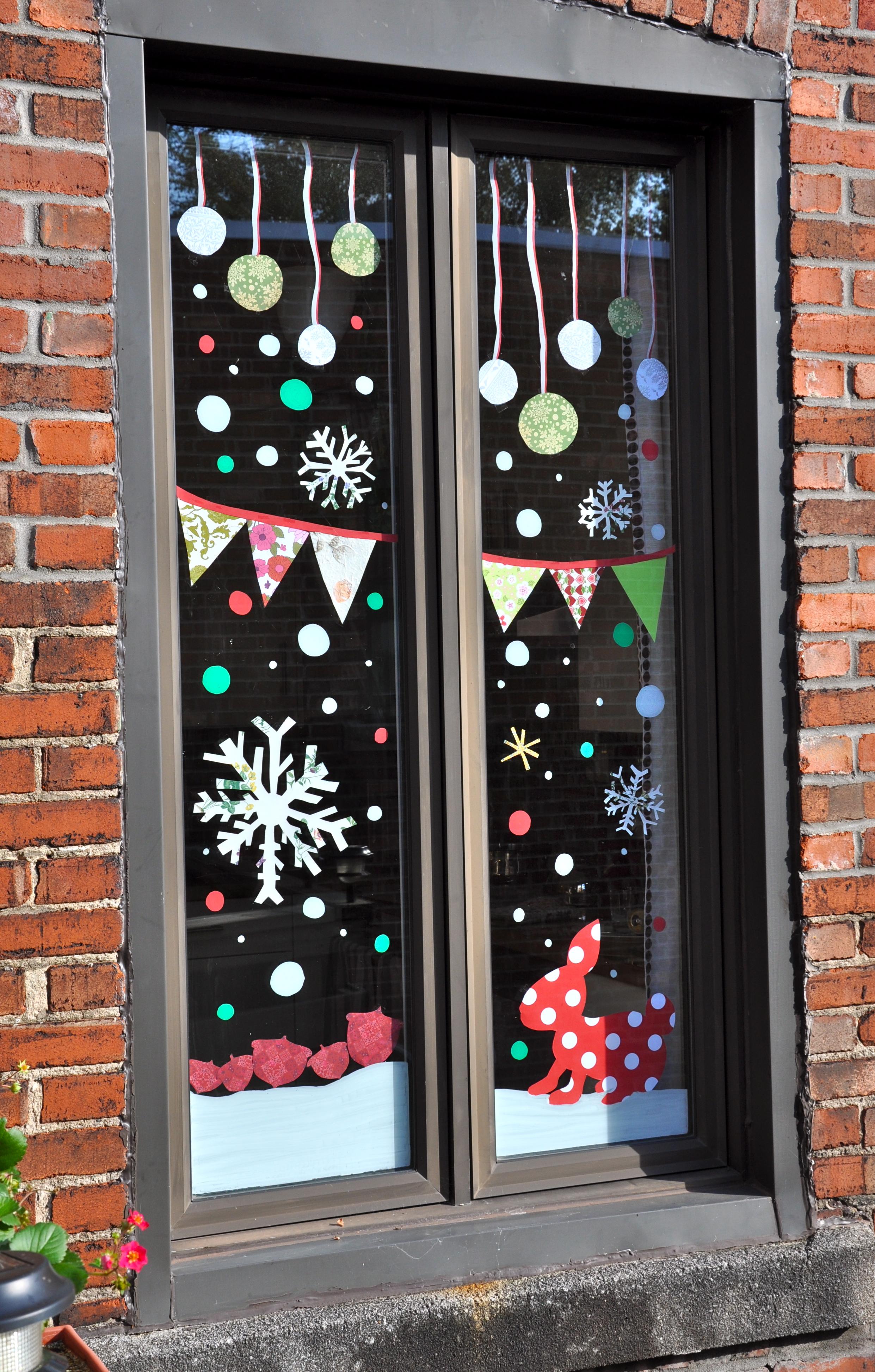 Украшение окон наклейками к новому году