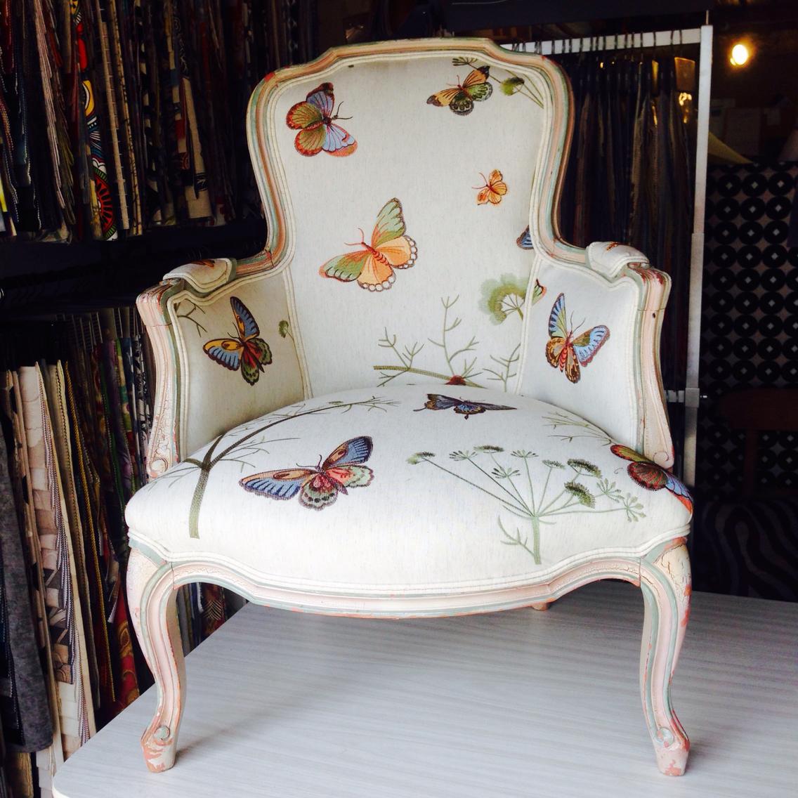 Бабочки на обивке мебели