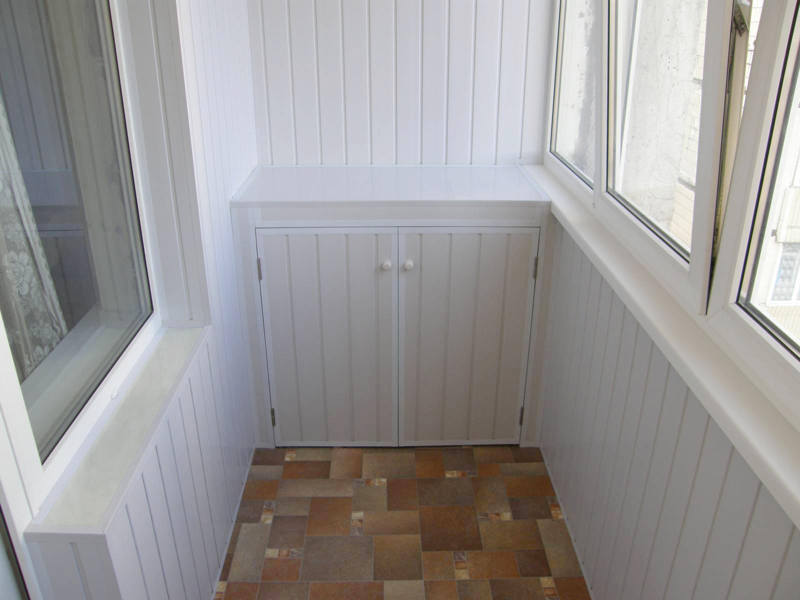 Белая шовная вагонка в отделке балкона