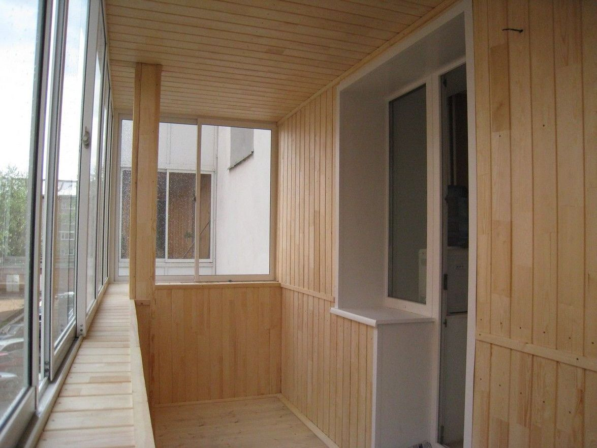 Вагонка из дерева в отделке балкона