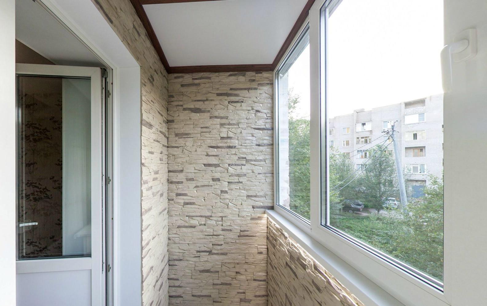 Бежево-серый декоративный камень в отделке балкона
