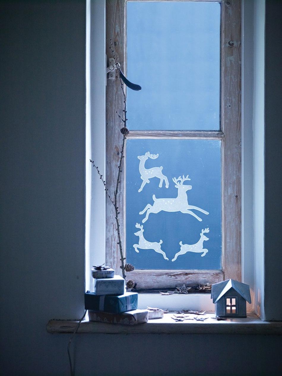 Украшение окон оленями к новому году