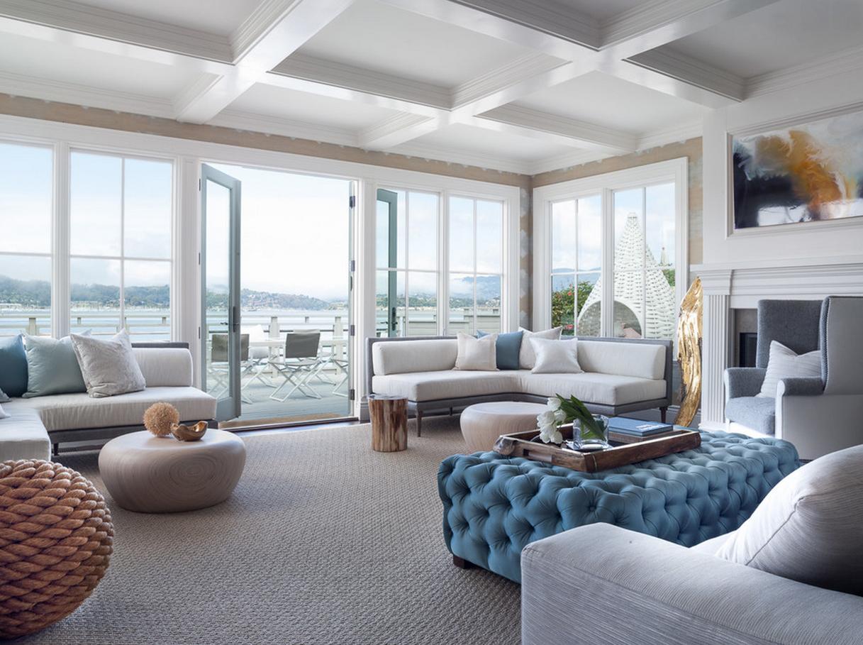 Панорамные окна в гостиной с камином