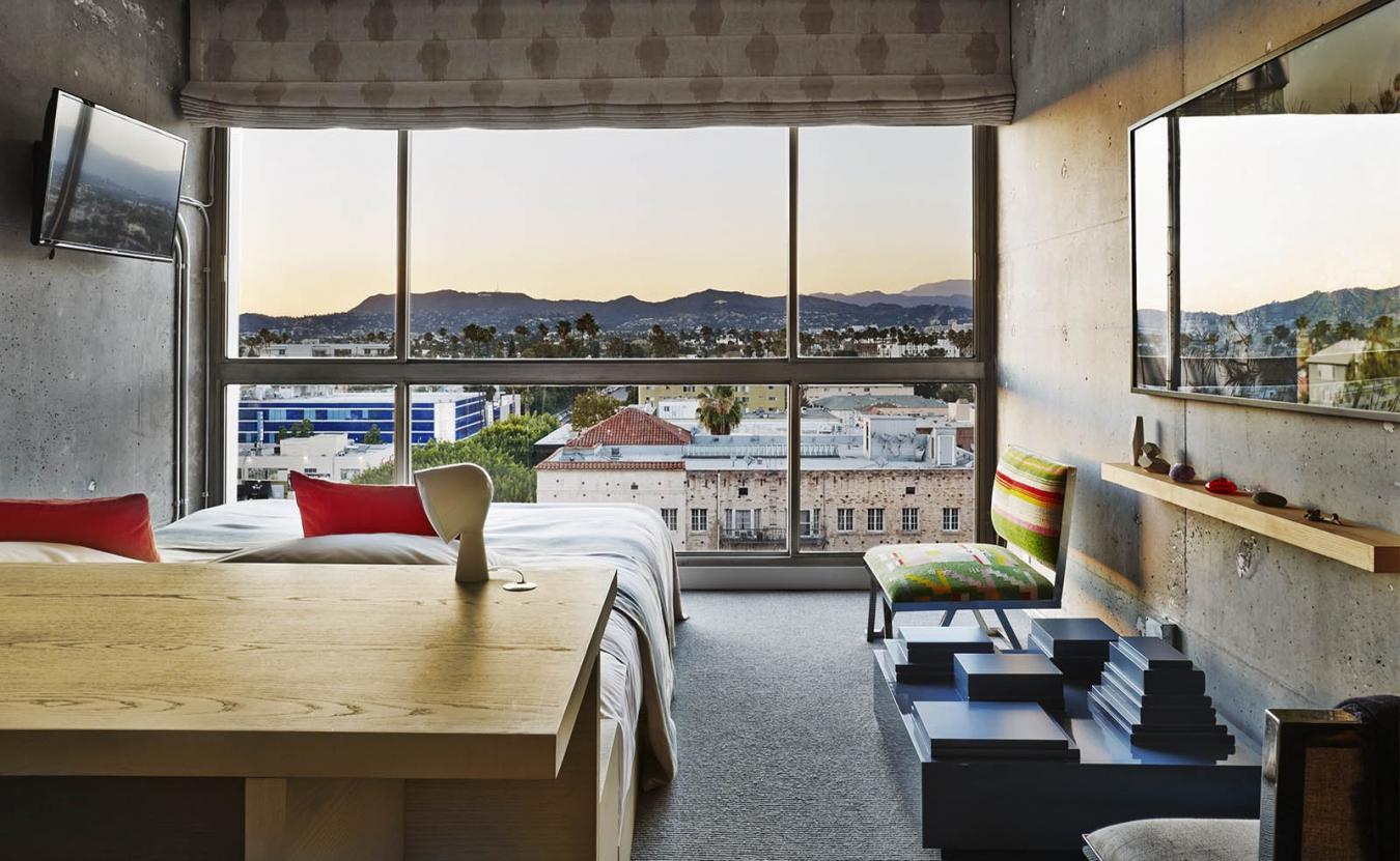 Панорамное окно в спальне в индустриальном стиле