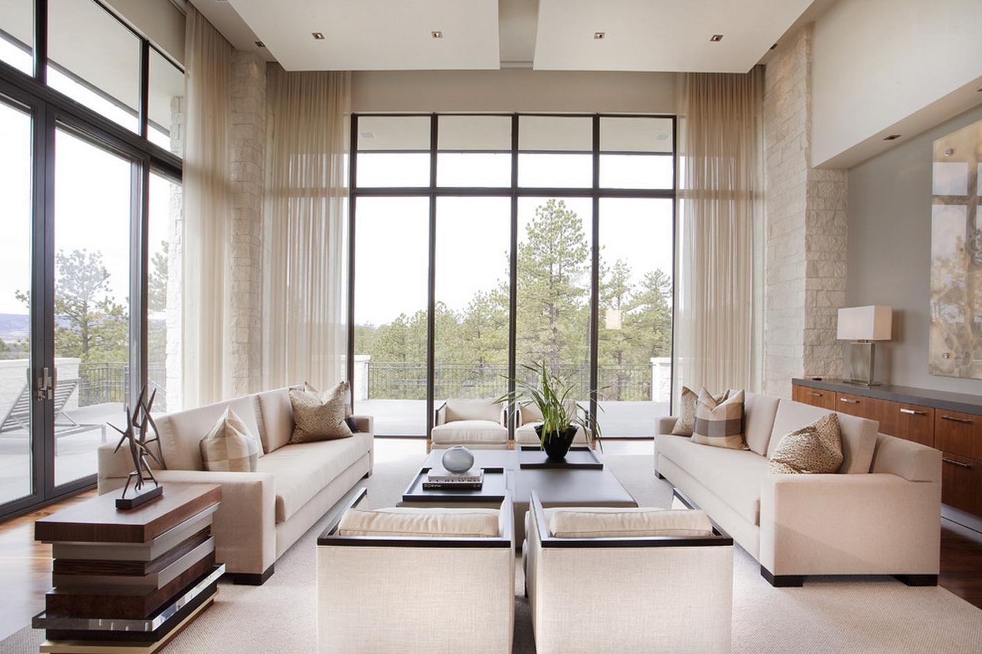 Высокие панорамные окна в гостиной