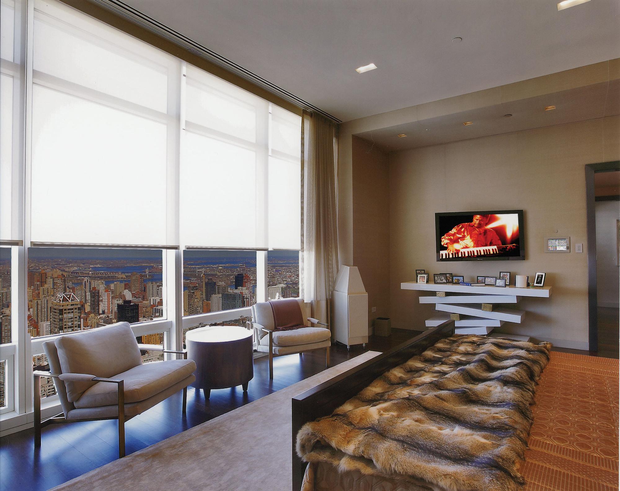 Панорамные окна со шторами в спальне