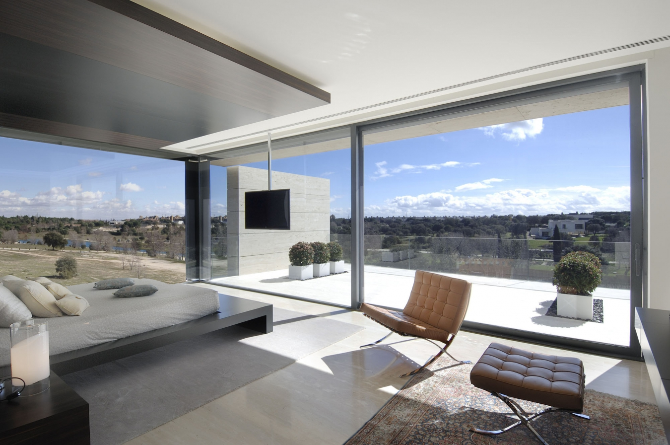 Панорамное остекление дома в стиле хай-тек