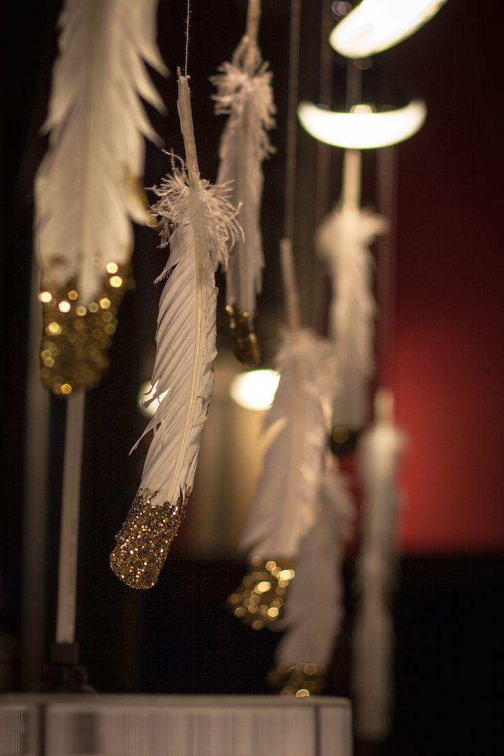 Украшение окон перьями к новому году