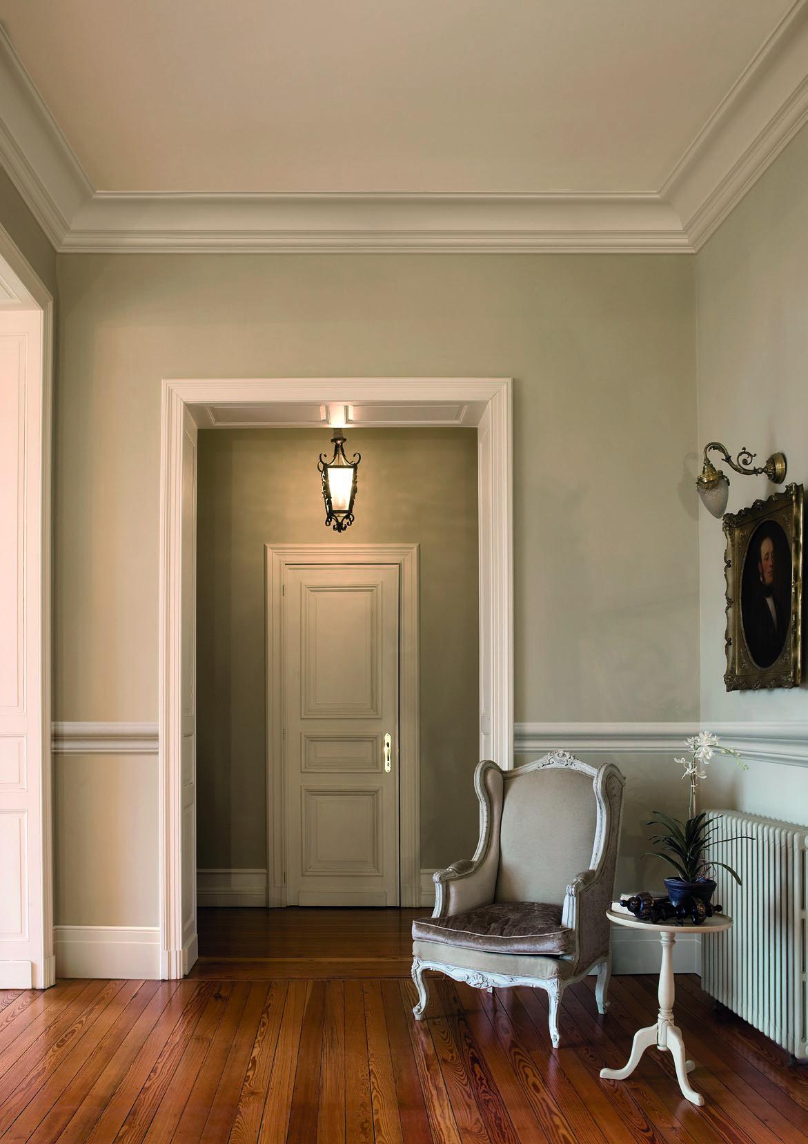Плинтуса на потолке в интерьере в стиле классика