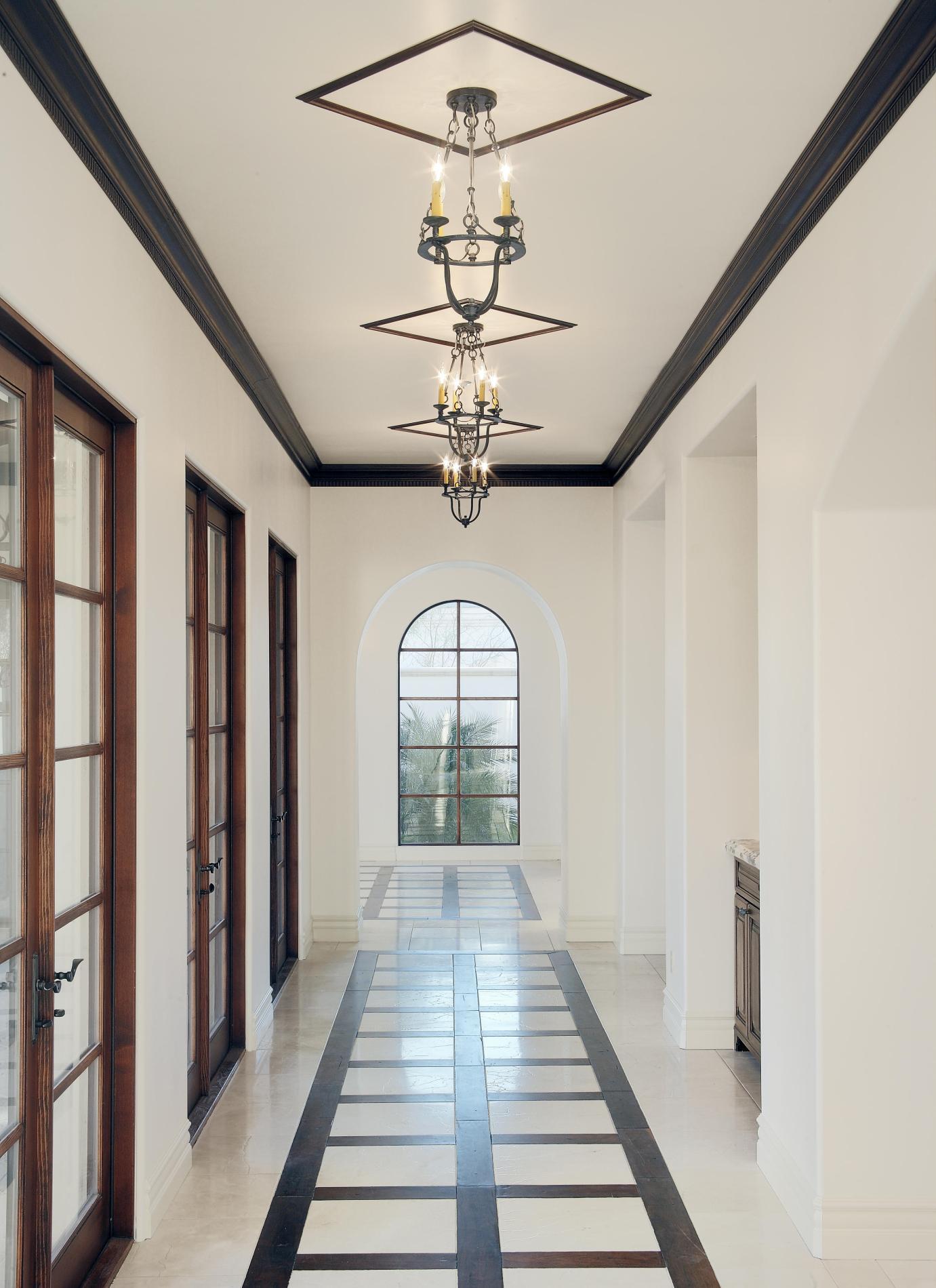 Черные плинтуса на потолке в интерьере в черно-белом интерьере