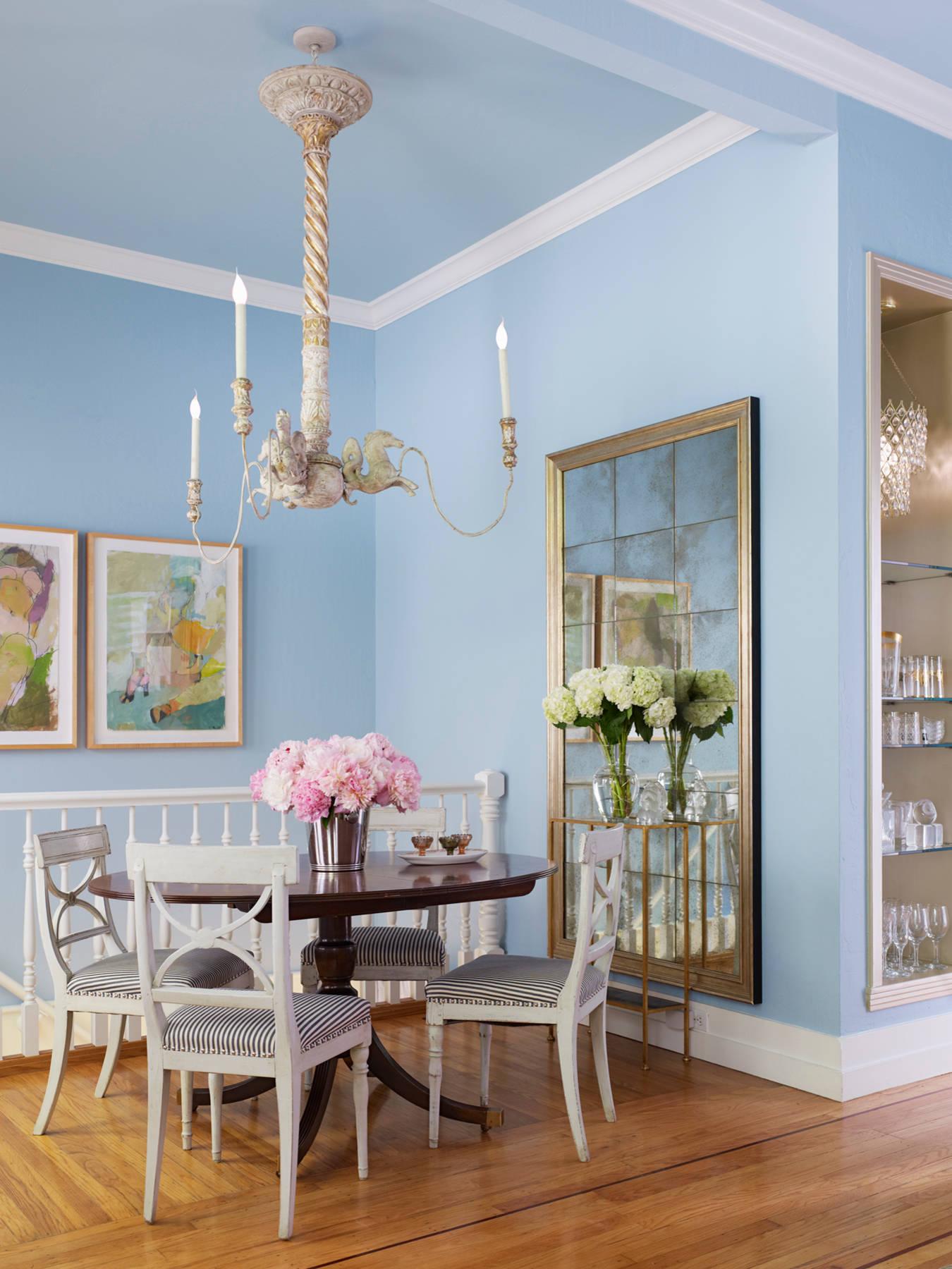 Белые плинтуса на потолке в бело-голубой столовой