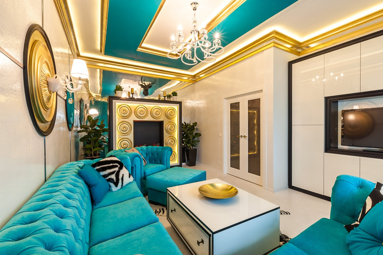 Золотистые плинтуса на потолке в гостиной