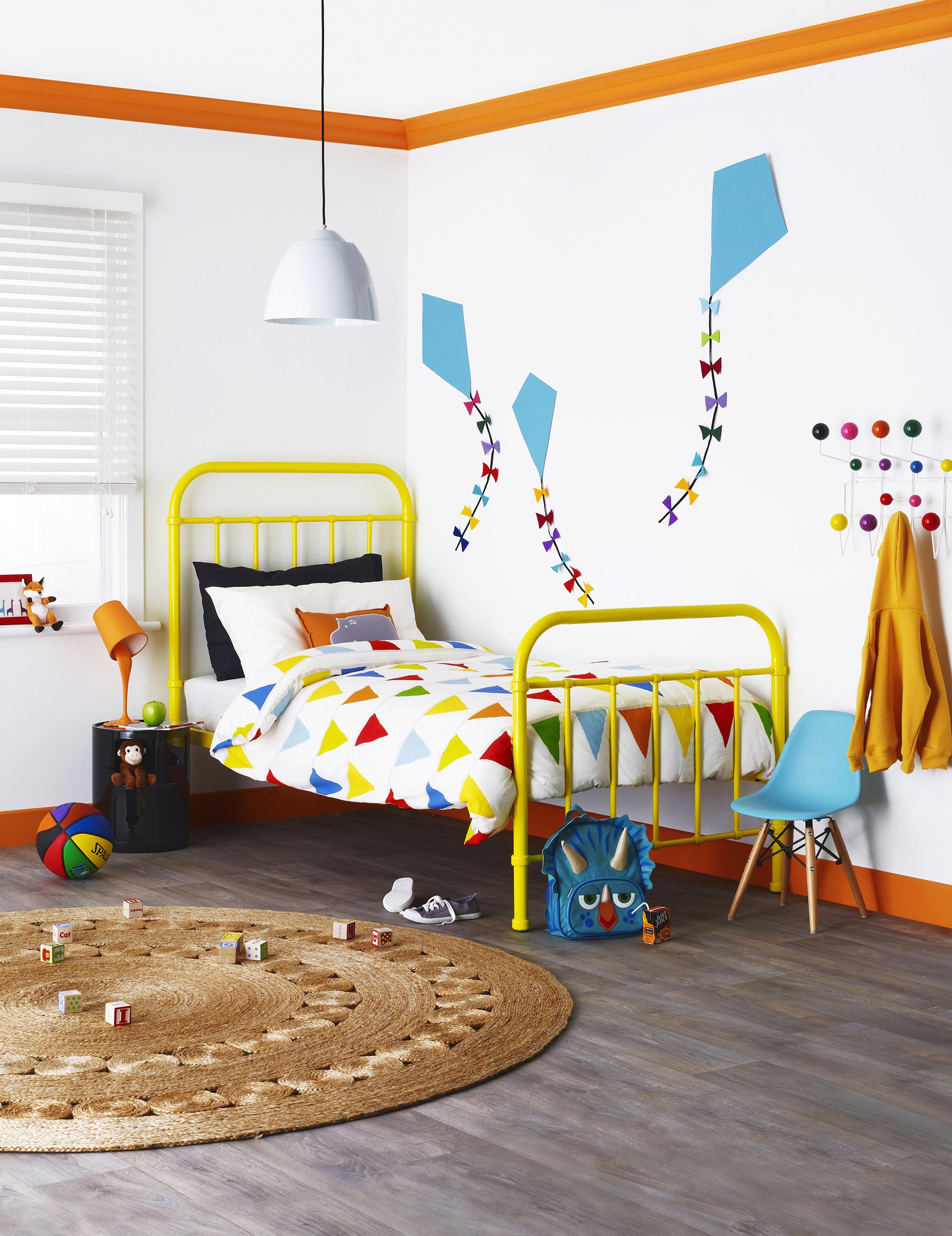 Оранжевые плинтуса на потолке в детской