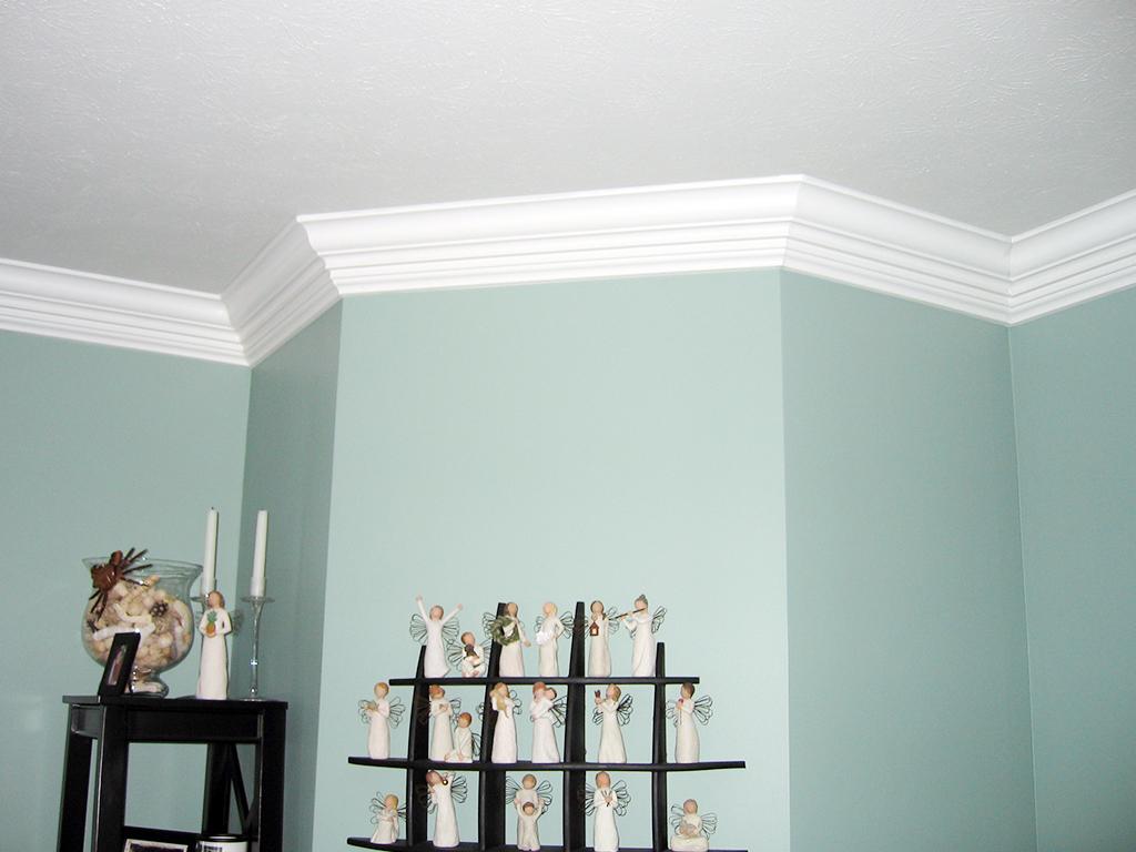 Белые плинтуса на потолке в гостиной