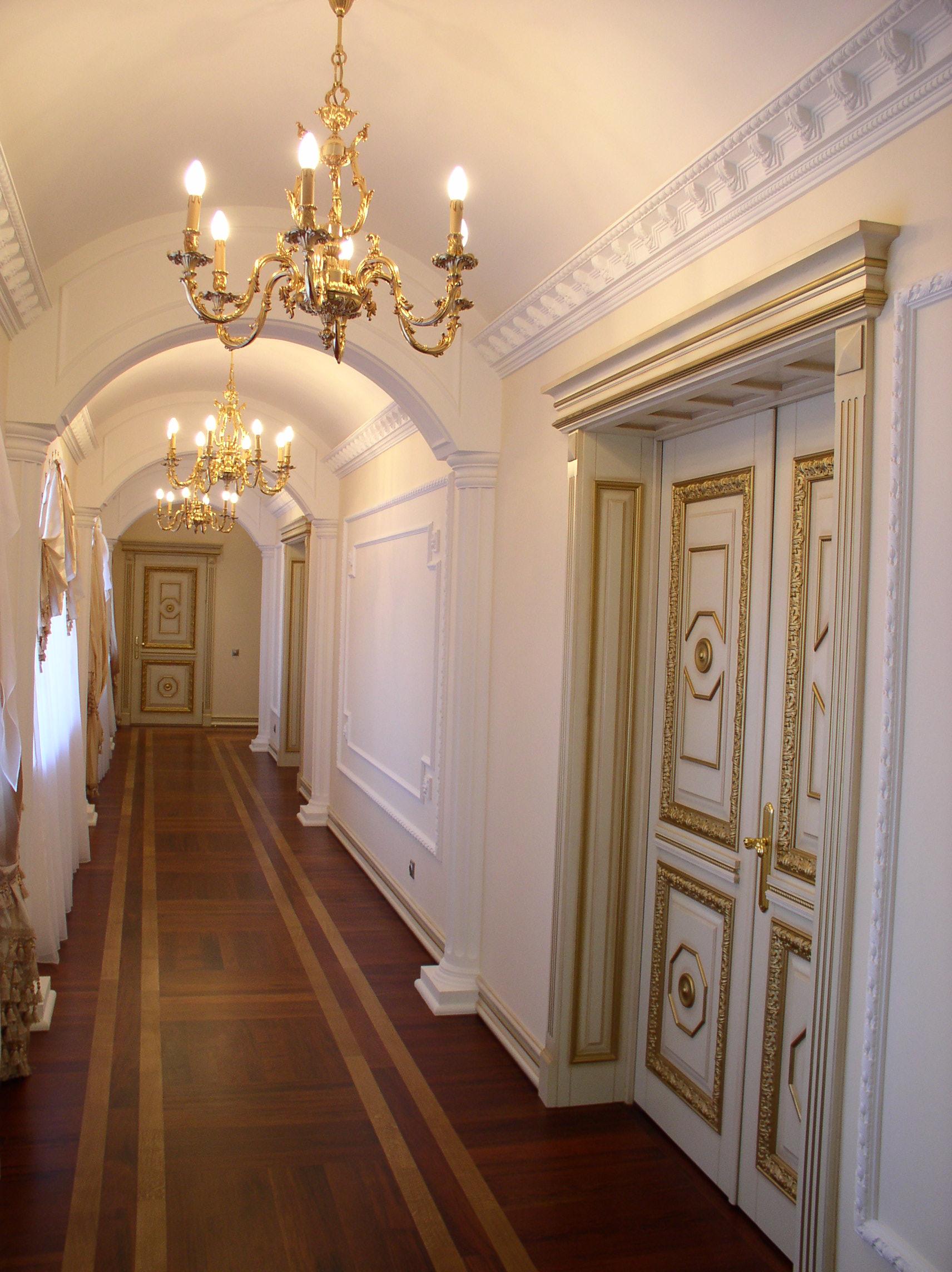 Белые плинтуса на потолке в классическом интерьере
