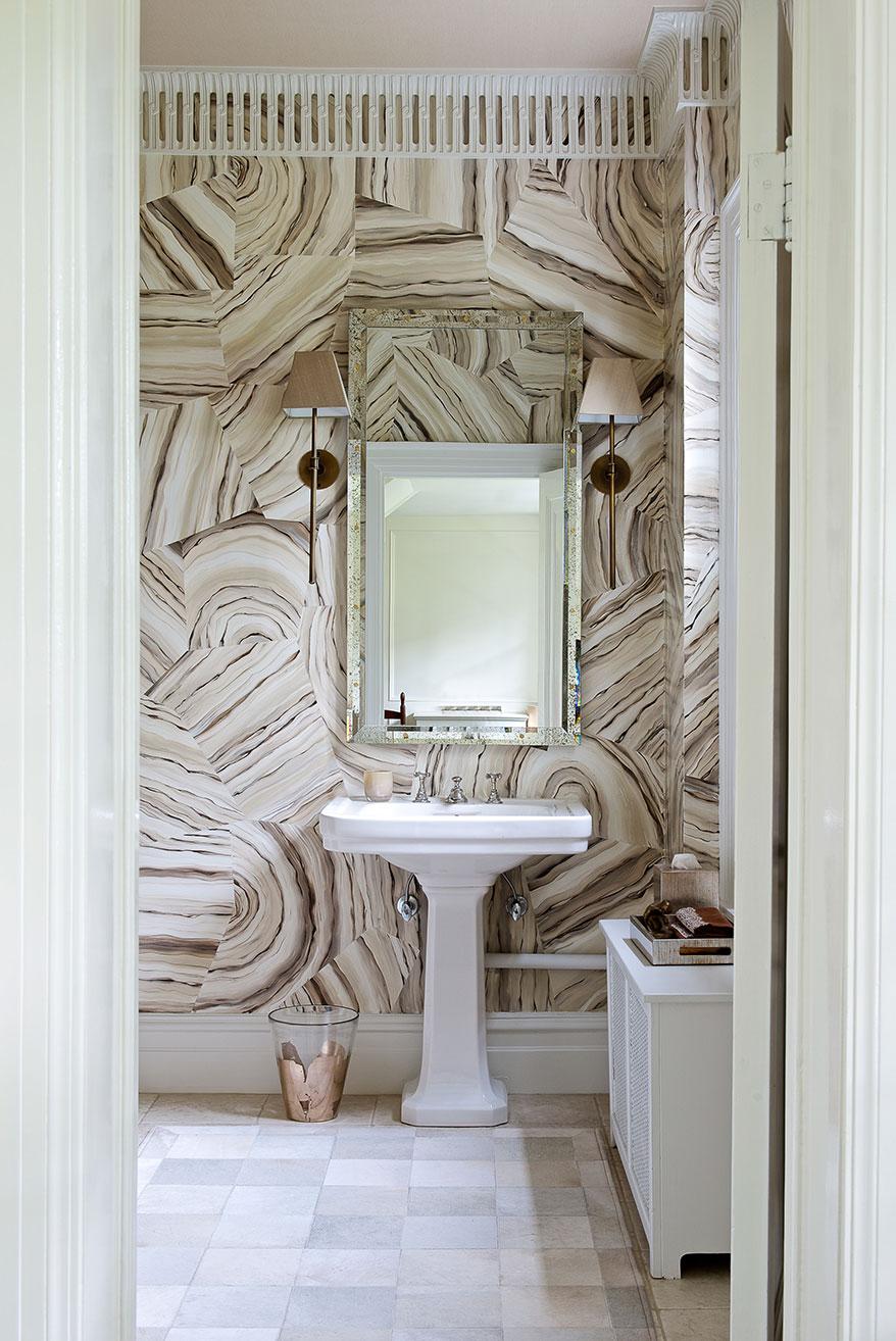 Необычные плинтуса на потолке в ванной