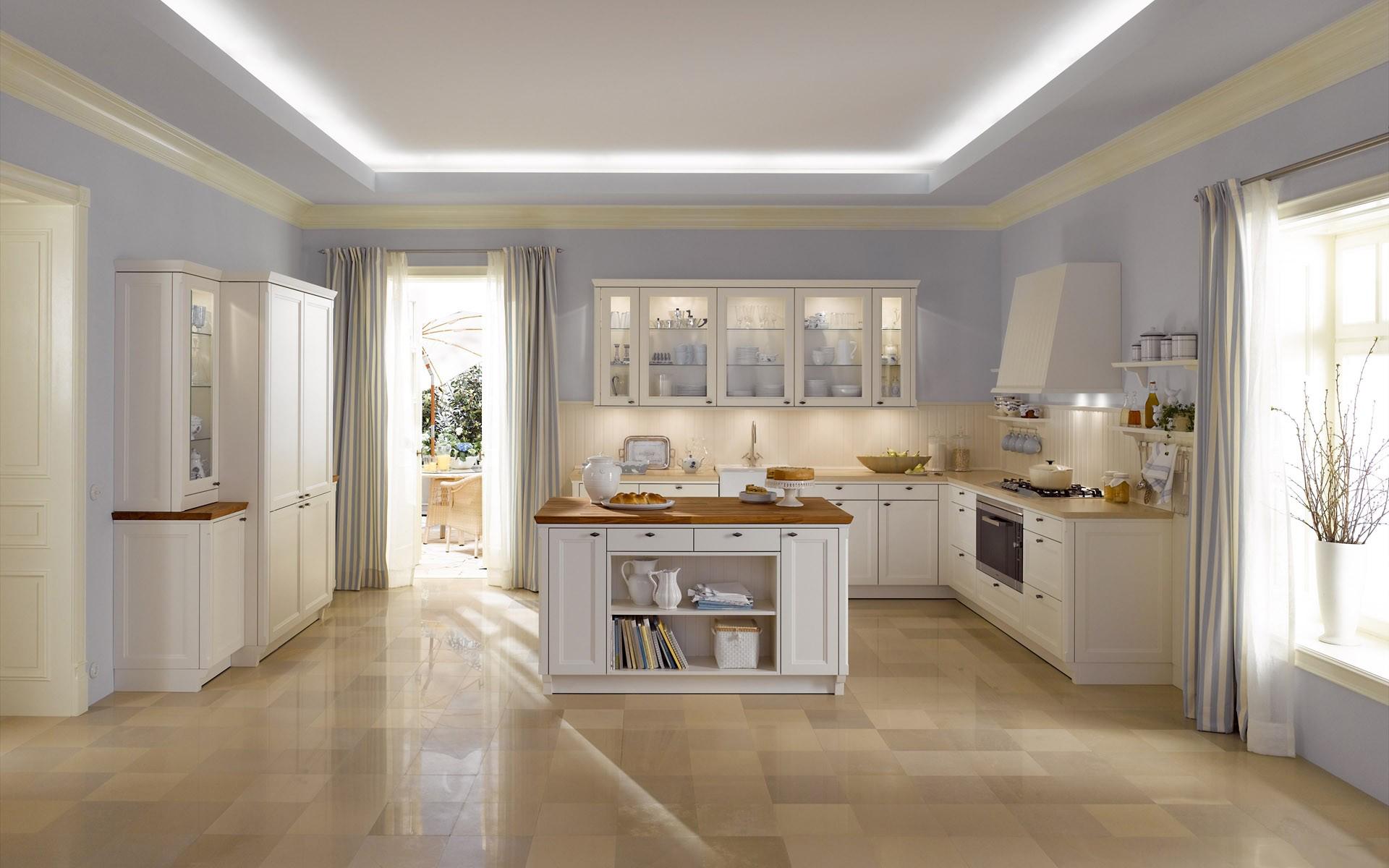 Кремовые плинтуса на потолке в кухне