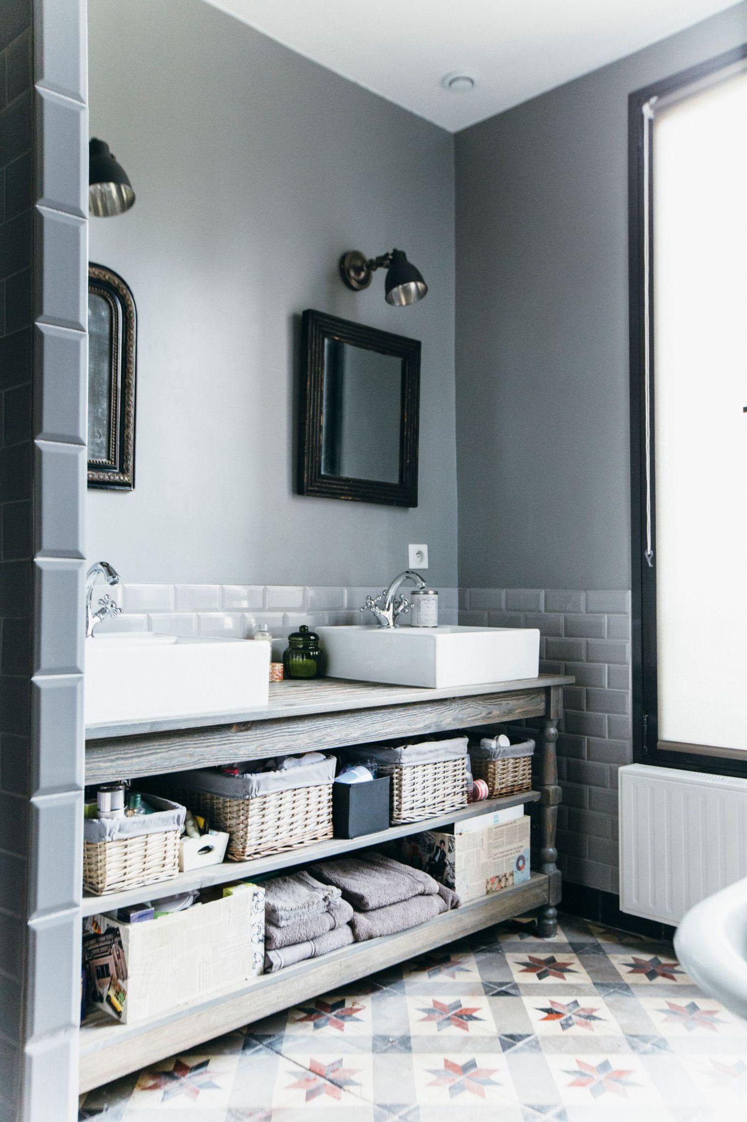 Полки под раковиной в ванной