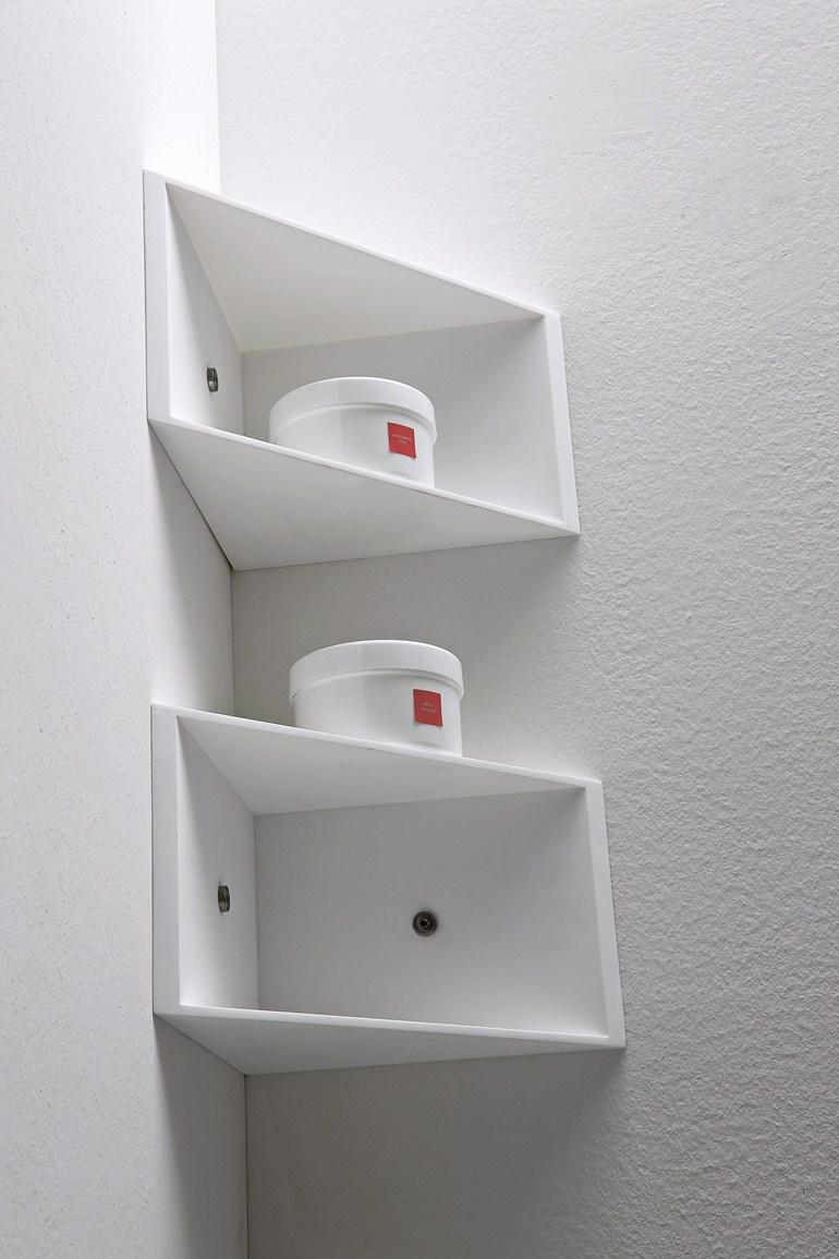 Белые угловые полки в ванной