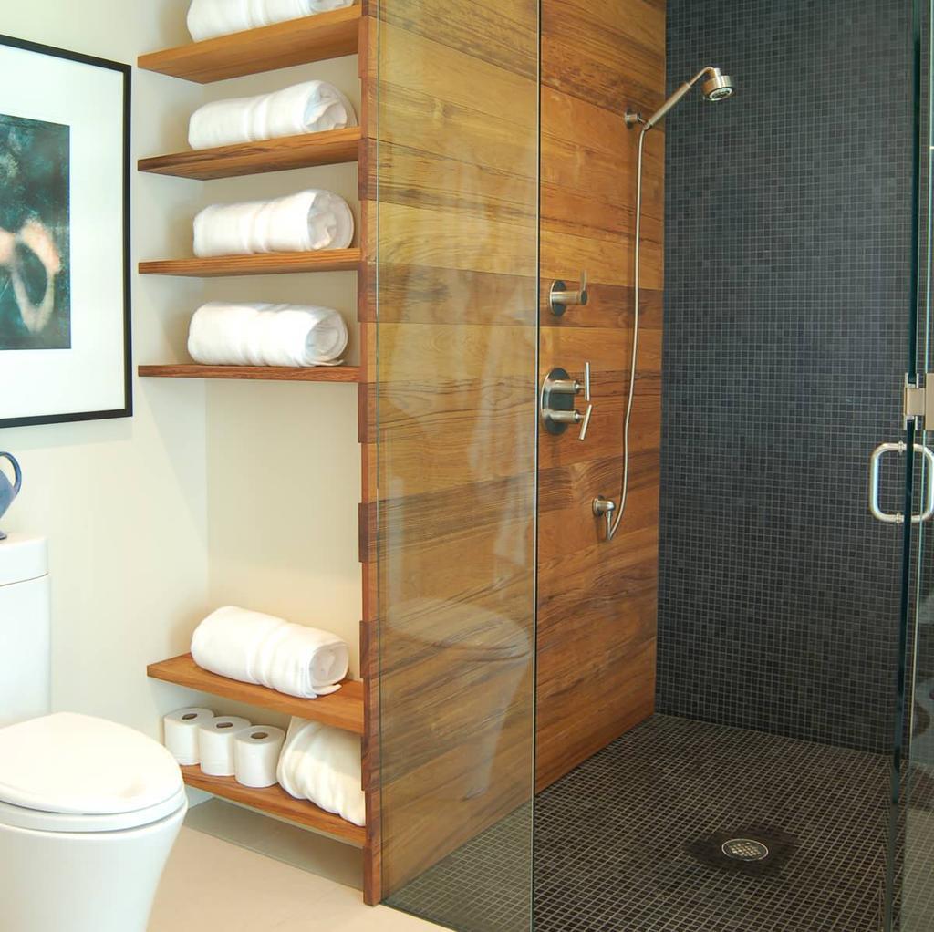 Встроенные деревянные полки в ванной