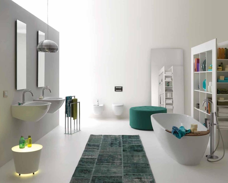 Стеллаж в интерьере ванной комнаты