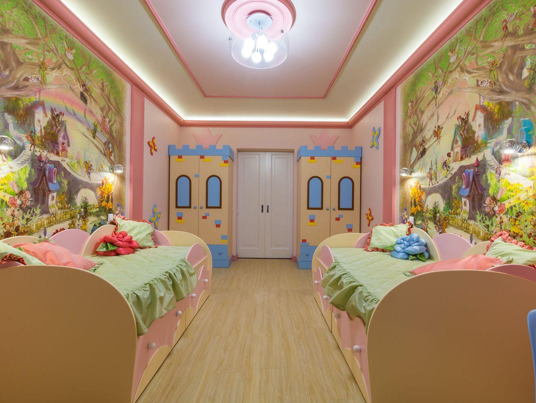 Бело-розовый потолок с подсветкой в детской для двоих детей