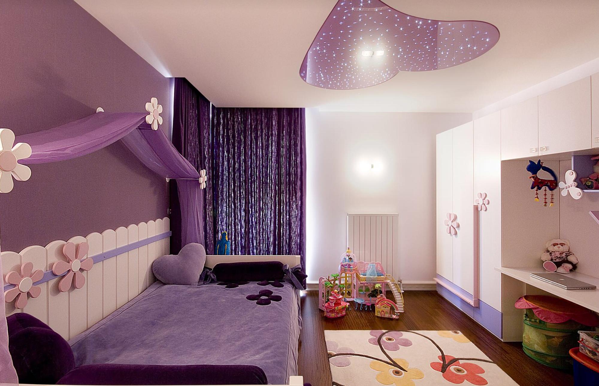 Бело-фиолетовый потолок в детской