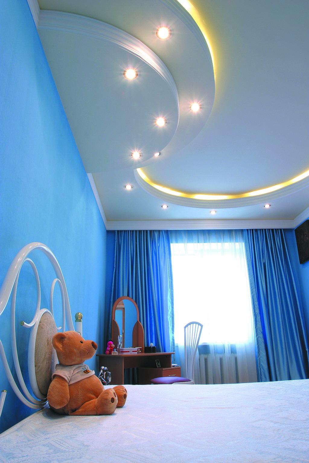 Белый многоуровневый потолок в детской комнате