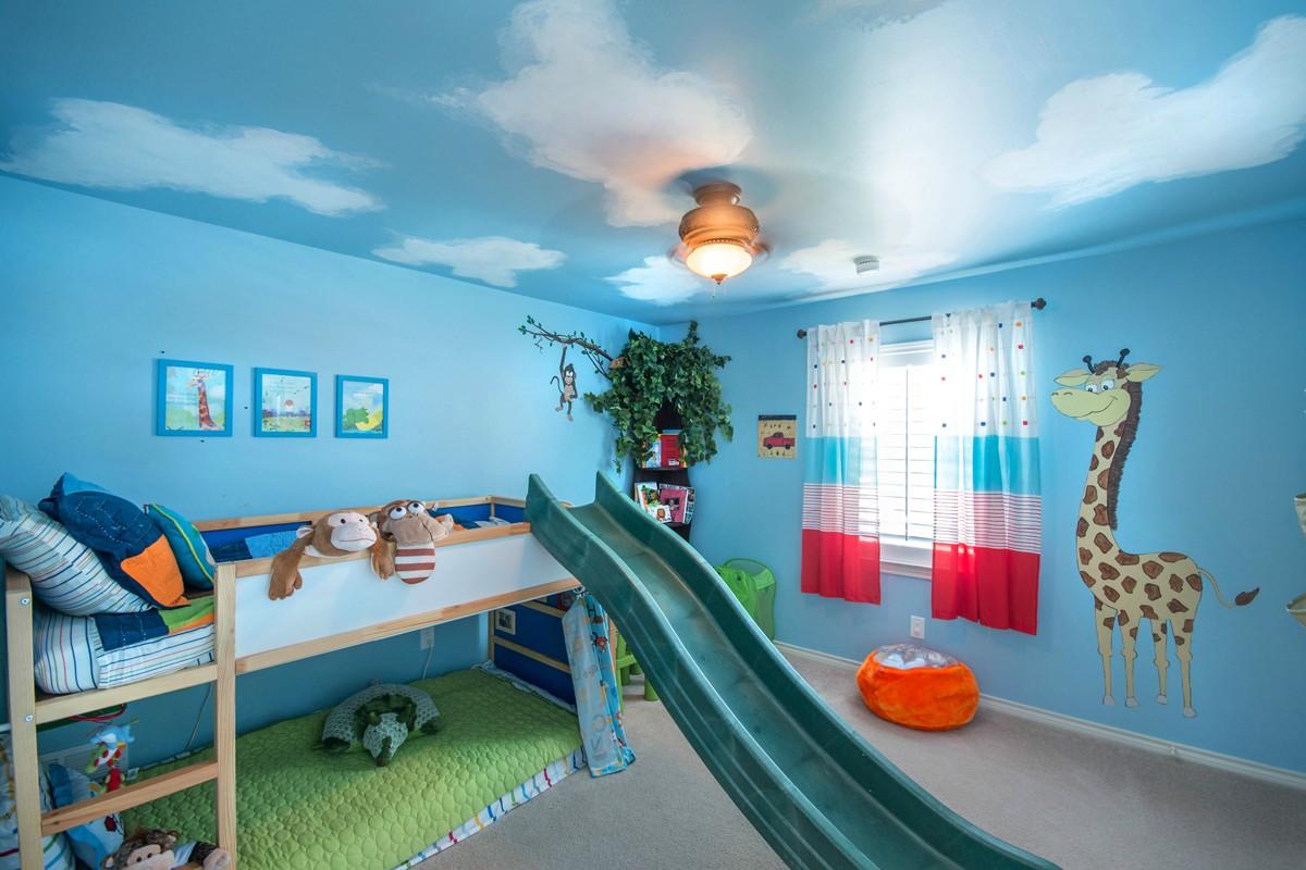Голубой потолок с белыми облаками в детской комнате