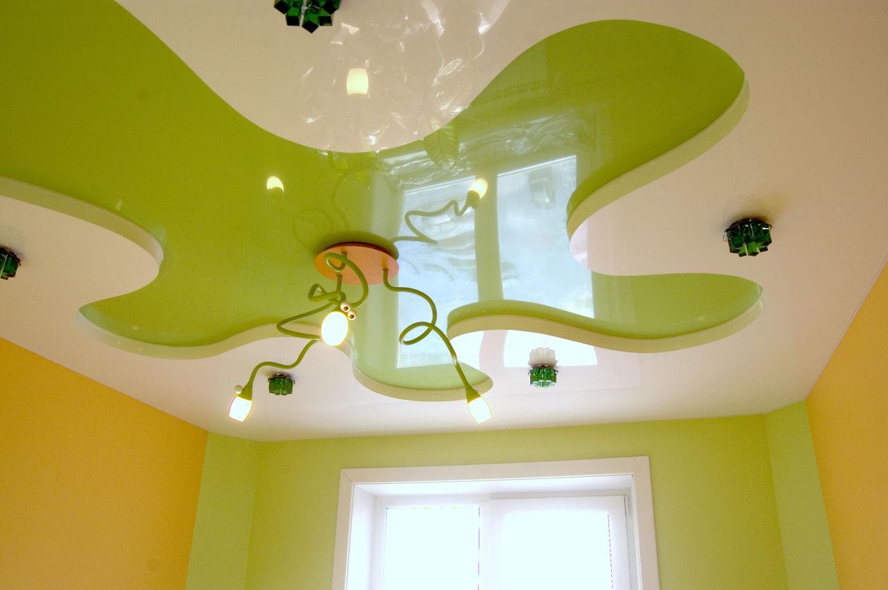 Бело-зеленый потолок с цветком