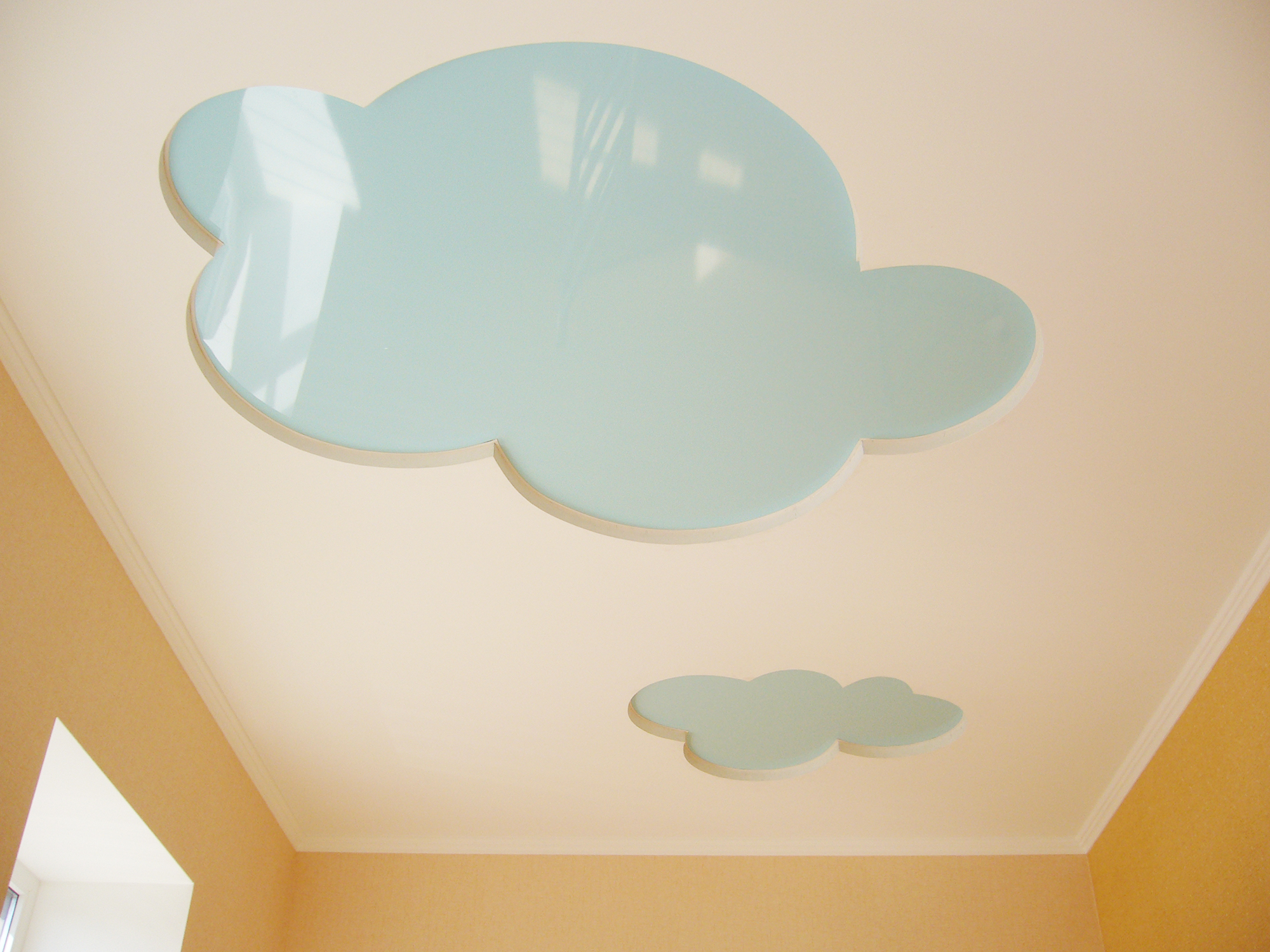 Двухуровневый потолок с облаками в детской