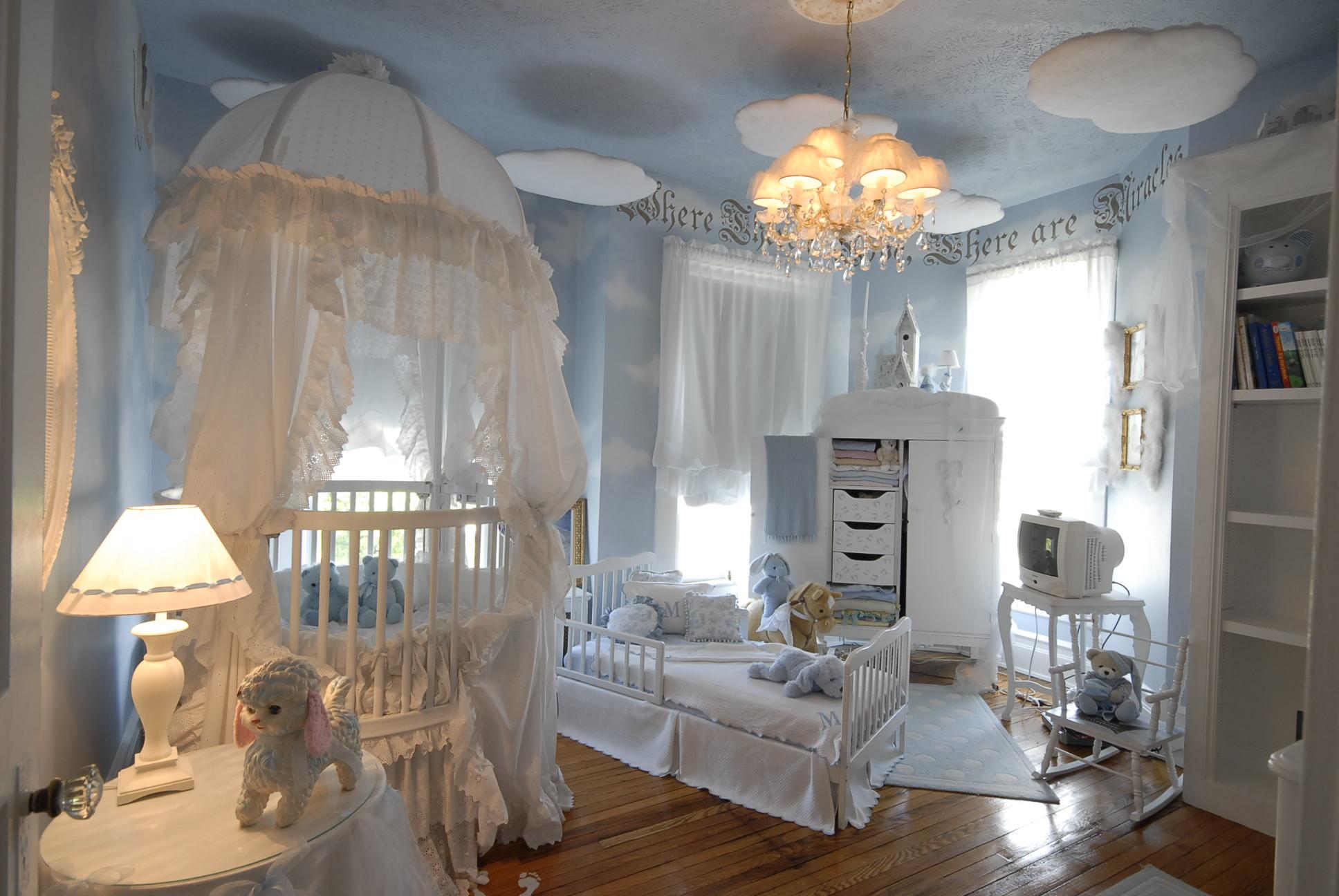 Голубой крашеный потолок в детской