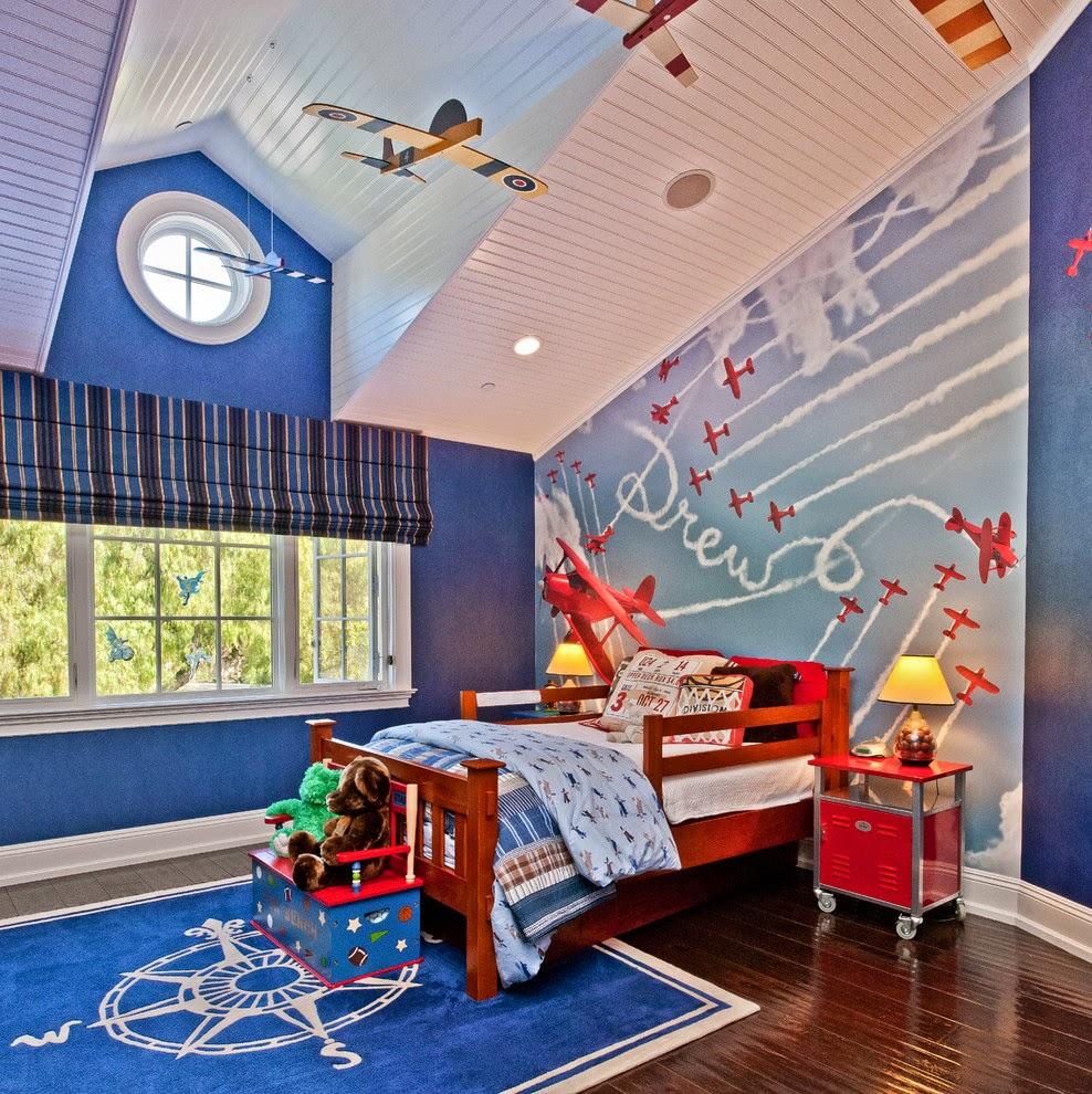 Белый деревянный потолок в комнате мальчика